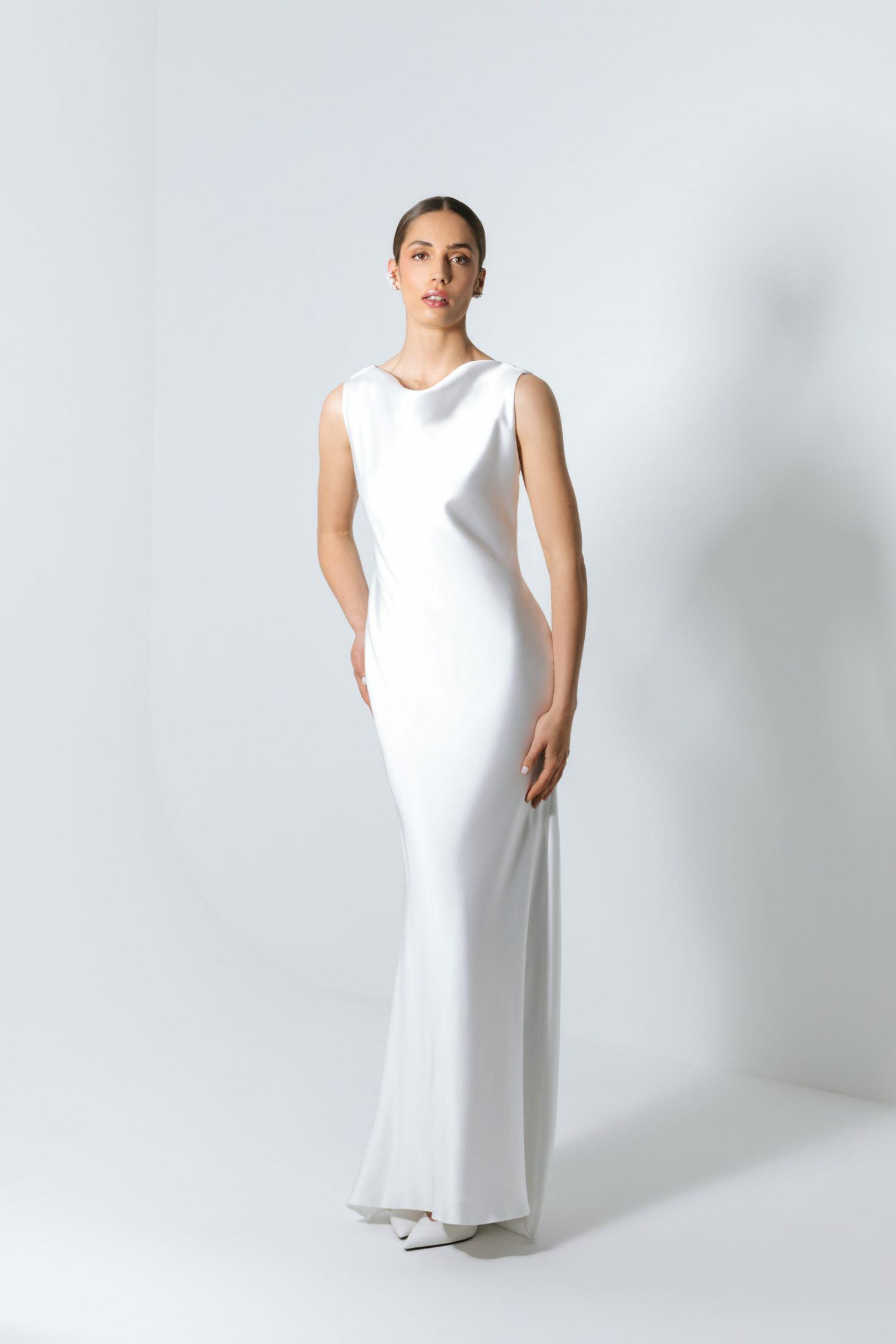 Vestido de noiva branco elegante acetinado simples.
