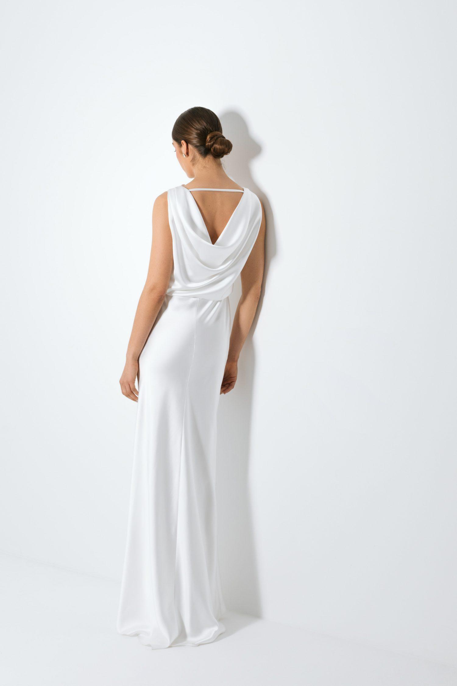 Vestido de noiva branco com corte sereia e decote sem costas.