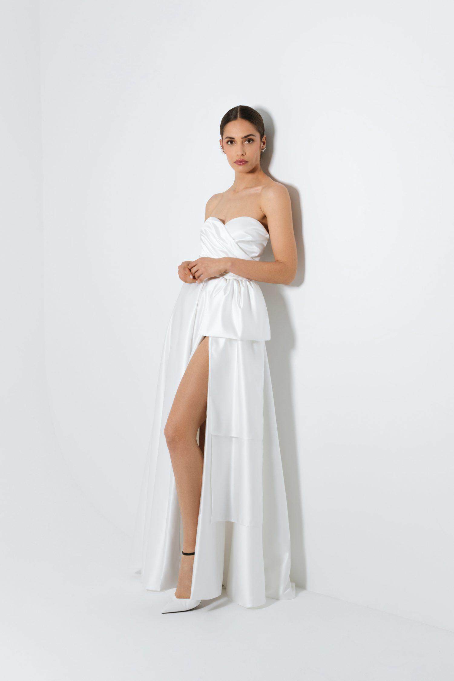 Vestido de noiva branco com corte princesa, com decote coração e laço.