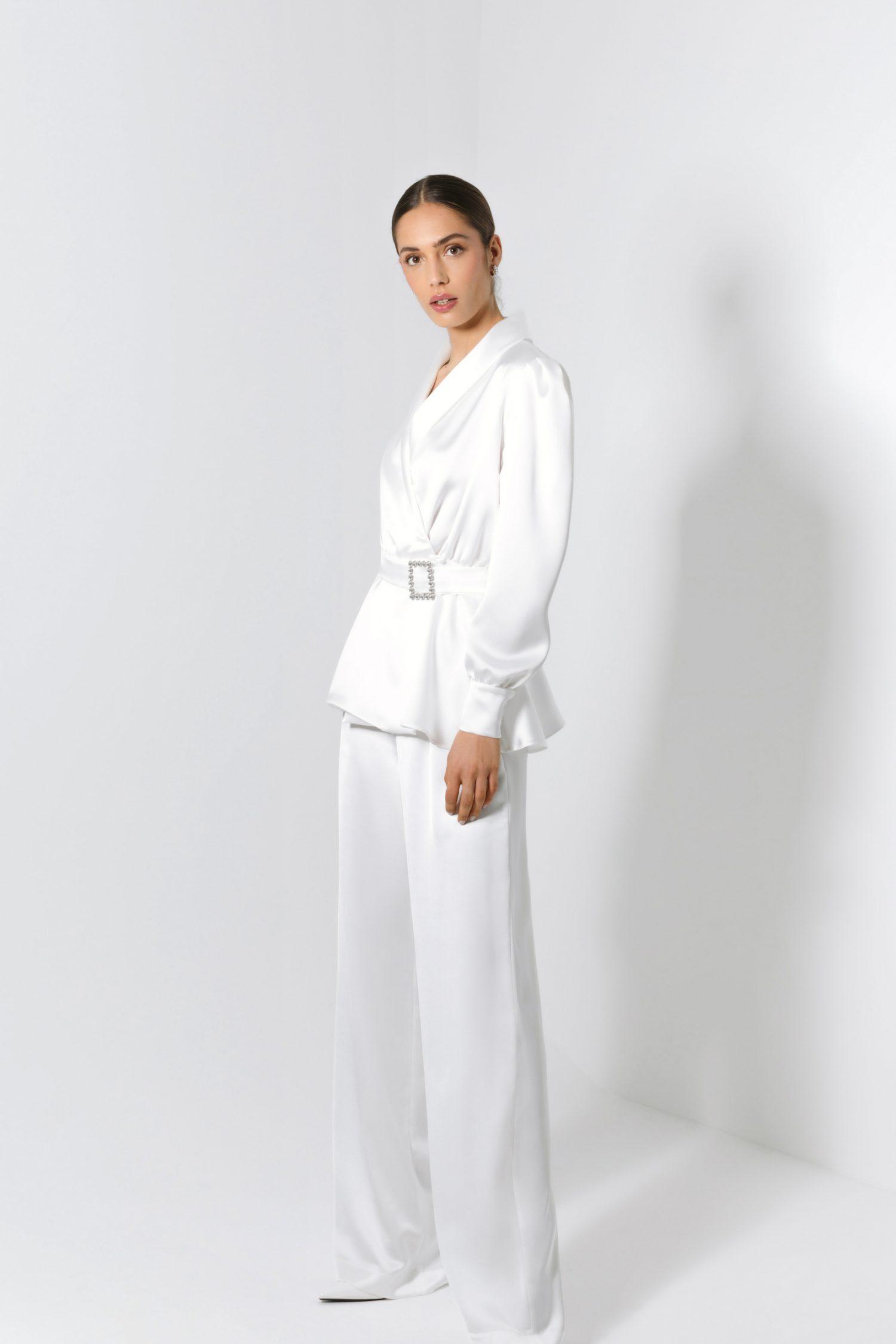 Conjunto de fato de noiva branco elegante com cinto.