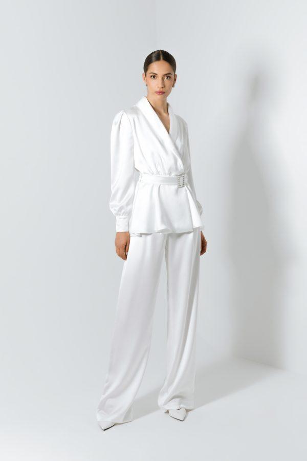 Conjunto de fato de noiva branco elegante.