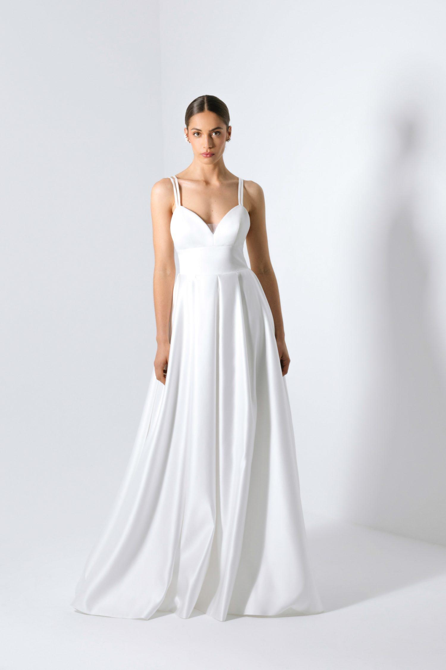 Vestido de noiva branco com corte princesa de decote em bico com alças.