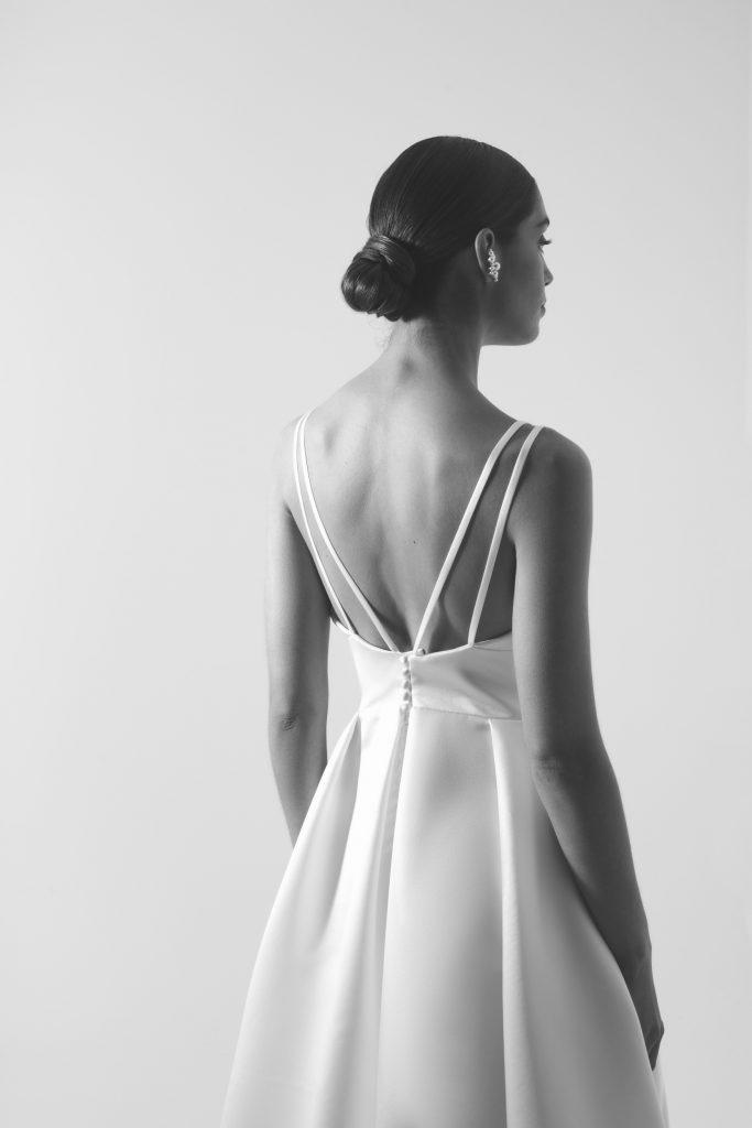Vestido de noiva branco com corte princesa de decote em bico sem costas.