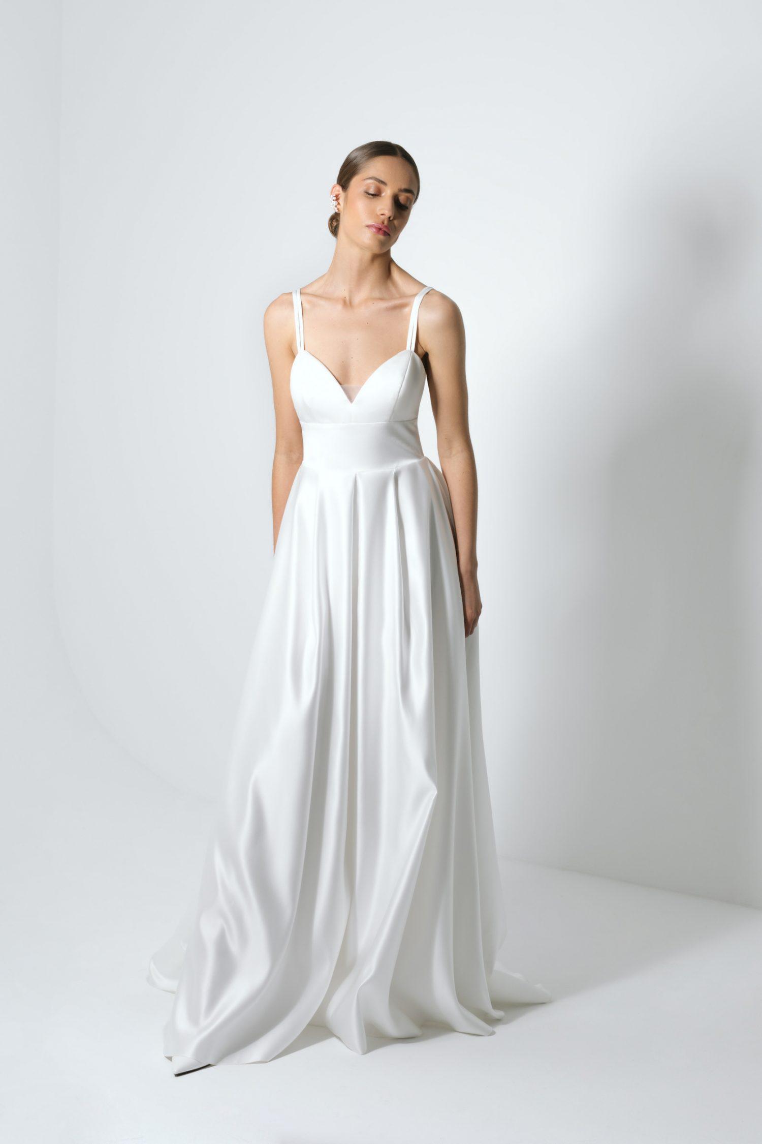 Vestido de noiva branco com corte princesa de decote em bico.