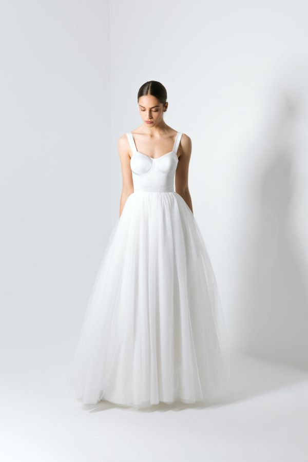Vestido de noiva branco com saia em tule e corte princesa.